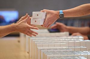 Apple Fans Await iPhone 7