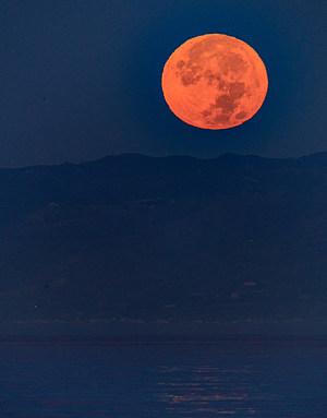 "Massive ""Super Moon"" Rises Over U.S."